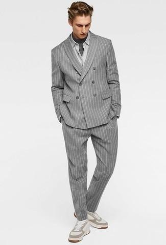 Comment porter un t-shirt à col rond gris foncé: Pense à opter pour un t-shirt à col rond gris foncé et un costume à rayures verticales gris pour créer un look chic et décontracté. Jouez la carte décontractée pour les chaussures et complète cet ensemble avec une paire de des baskets basses en cuir blanches.