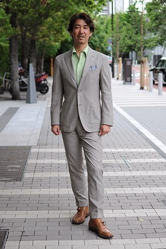 Comment porter une chemise de ville vert menthe: Sois au sommet de ta classe en portant une chemise de ville vert menthe et un costume gris. Mélange les styles en portant une paire de des monks en cuir marron.