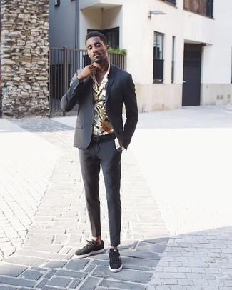 Tendances mode hommes: Associe un costume gris foncé avec une chemise à manches longues à fleurs blanche pour dégager classe et sophistication. Jouez la carte décontractée pour les chaussures et complète cet ensemble avec une paire de des baskets basses en daim gris foncé.