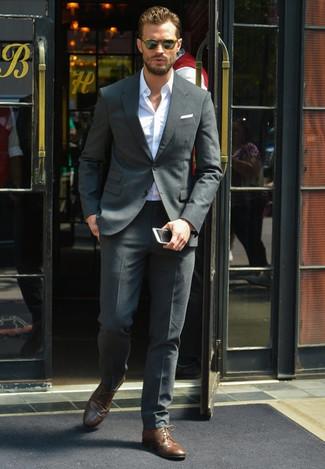 Tenue de Jamie Dornan: Costume gris foncé, Chemise à manches longues blanche, Chaussures derby en cuir brunes foncées, Pochette de costume blanche