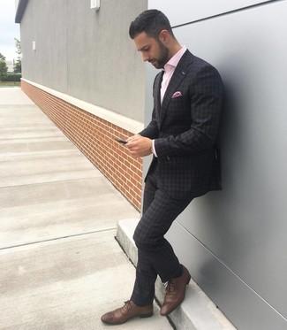 Comment porter: costume écossais gris foncé, chemise à manches longues rose, chaussures brogues en cuir marron, pochette de costume imprimée rose