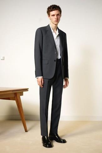 Comment s'habiller pour un style elégantes: Opte pour un costume gris foncé avec une chemise de ville à carreaux blanche pour un look classique et élégant. Jouez la carte décontractée pour les chaussures et fais d'une paire de des bottines chelsea en cuir noires ton choix de souliers.