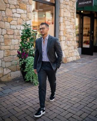 Comment porter: costume en laine gris foncé, chemise de ville à rayures verticales blanc et pourpre, baskets basses en cuir noires et blanches, chaussettes grises