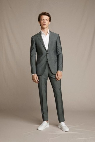 Comment porter un costume gris foncé: Harmonise un costume gris foncé avec une chemise de ville blanche pour un look classique et élégant. Si tu veux éviter un look trop formel, complète cet ensemble avec une paire de baskets basses en cuir blanches.