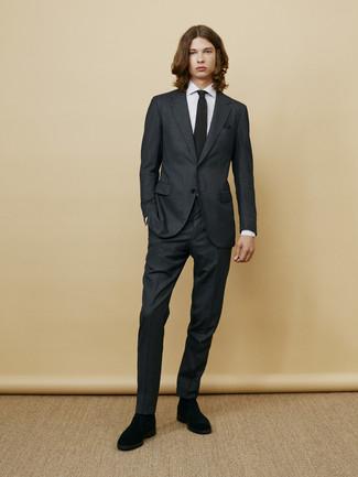 Comment porter: costume gris foncé, chemise de ville à rayures verticales blanche, bottines chelsea en daim noires, cravate en tricot noire