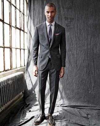 Comment porter: costume en laine gris foncé, chemise de ville à carreaux blanche, chaussures brogues en cuir marron foncé, cravate á pois violette