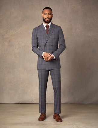 Comment porter: costume écossais gris foncé, chemise de ville blanche, chaussures derby en cuir marron, cravate bordeaux