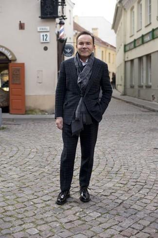 Comment porter des chaussures derby en cuir noires: Essaie d'associer un costume en laine à carreaux gris foncé avec une chemise de ville blanche pour un look pointu et élégant. Décoince cette tenue avec une paire de des chaussures derby en cuir noires.