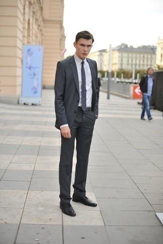 Comment porter une cravate bleu marine: Pense à opter pour un costume gris foncé et une cravate bleu marine pour dégager classe et sophistication. Pourquoi ne pas ajouter une paire de des chaussures derby en cuir noires à l'ensemble pour une allure plus décontractée?
