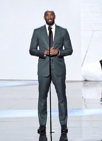 Comment porter: costume gris foncé, chemise de ville blanche, chaussures richelieu en cuir noires, pochette de costume á pois noire et blanche
