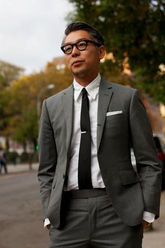 Comment porter: costume gris foncé, chemise de ville blanche, cravate noire, pochette de costume blanche