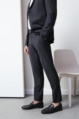 Comment porter des slippers en cuir noirs: Pense à harmoniser un costume gris foncé avec une chemise de ville blanche pour une silhouette classique et raffinée. Jouez la carte décontractée pour les chaussures et complète cet ensemble avec une paire de des slippers en cuir noirs.
