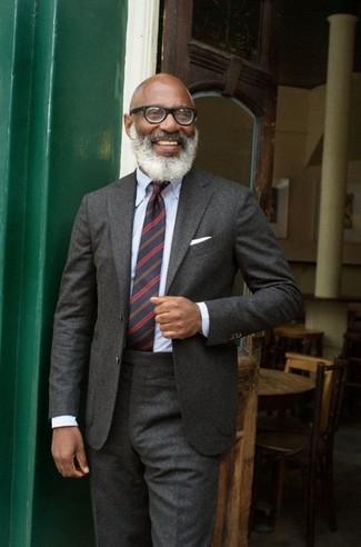 Comment porter: costume en laine gris foncé, chemise de ville bleu clair, cravate à rayures horizontales bleu marine, pochette de costume blanche