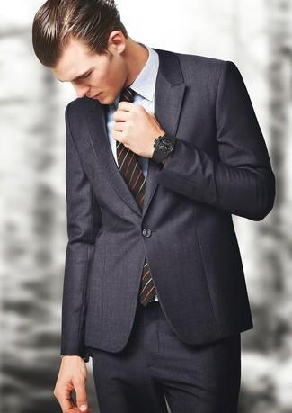Comment porter: costume gris foncé, chemise de ville écossaise bleu clair, cravate à rayures verticales noire, montre en caoutchouc noire