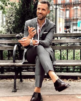 Comment porter: costume gris foncé, chemise de ville à rayures verticales bordeaux, chaussures derby en cuir marron foncé, montre argentée