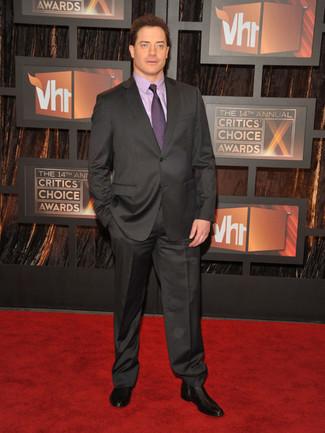Comment porter: costume gris foncé, chemise de ville violet clair, bottines chelsea en cuir noires, cravate pourpre