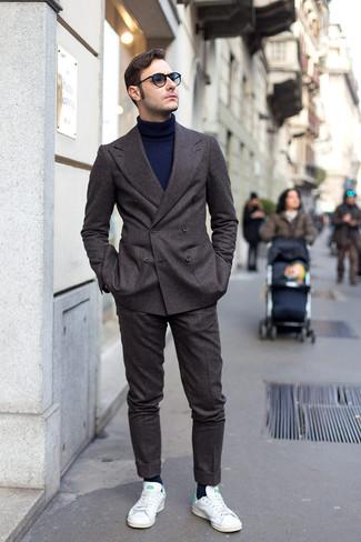 Comment porter: costume en laine gris foncé, pull à col roulé bleu marine, baskets basses blanc et vert, chaussettes bleu marine