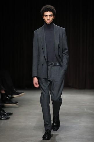Comment porter: costume gris foncé, pull à col roulé gris foncé, chaussures derby en cuir noires