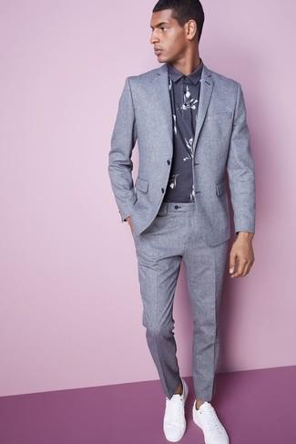 Comment porter: costume gris, polo à fleurs gris, baskets basses en cuir blanches