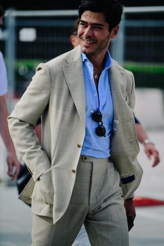 Comment porter: costume gris, polo bleu clair, lunettes de soleil noires