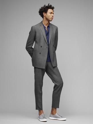Comment porter: costume gris, polo bleu marine, baskets basses en toile grises