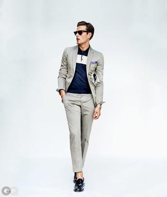 Comment porter des slippers en cuir bleu marine: L'association d'un costume gris et d'un polo bleu marine est parfaite pour une soirée ou les occasions chic et décontractées. Jouez la carte classique pour les chaussures et opte pour une paire de des slippers en cuir bleu marine.