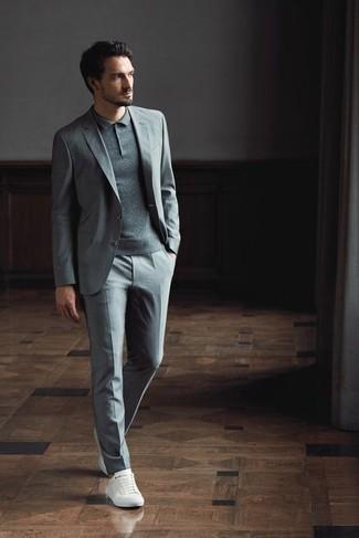 Comment porter un costume gris: Associe un costume gris avec un polo gris pour un look idéal au travail. Tu veux y aller doucement avec les chaussures? Termine ce look avec une paire de baskets basses en toile blanches pour la journée.