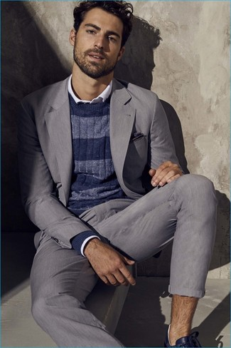 Comment porter: costume gris, pull à col rond à rayures horizontales bleu marine, chemise à manches longues blanche, baskets basses en cuir bleu marine