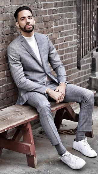 Comment porter: costume écossais gris, pull à col roulé blanc, baskets basses en toile blanches, chaussettes grises