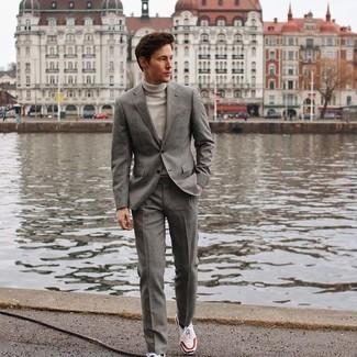Comment porter des chaussettes noires: Pense à opter pour un costume gris et des chaussettes noires pour une tenue idéale le week-end. Jouez la carte décontractée pour les chaussures et fais d'une paire de chaussures de sport blanc et rouge et bleu marine ton choix de souliers.