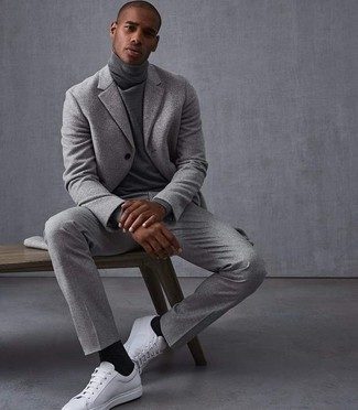Comment porter: costume en laine gris, pull à col roulé gris, baskets basses en cuir blanches, chaussettes noires