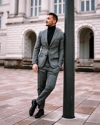 Comment porter des chaussures habillées: Harmonise un costume en laine gris avec un pull à col roulé noir pour un look pointu et élégant. Fais d'une paire de des chaussures habillées ton choix de souliers pour afficher ton expertise vestimentaire.
