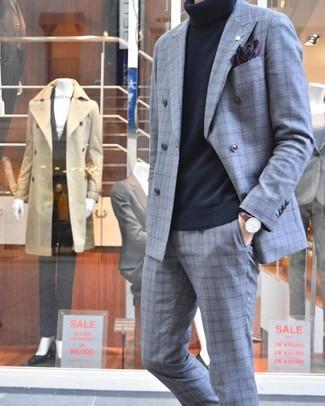 Comment porter: costume écossais gris, pull à col roulé noir, pochette de costume imprimée pourpre foncé, montre en cuir marron foncé