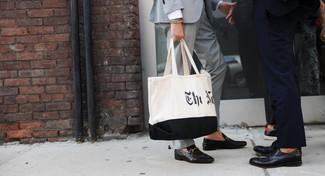 Comment porter: costume gris, slippers en cuir noirs, sac fourre-tout en toile imprimé blanc et noir