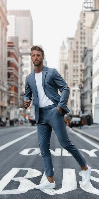 Comment porter: costume gris, t-shirt à col rond blanc, baskets basses en cuir blanches