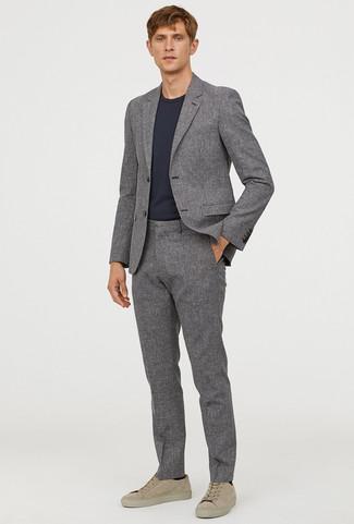 Comment porter: costume gris, t-shirt à col rond noir, baskets basses en daim beiges, chaussettes noires