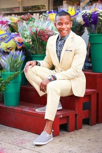 Comment porter: costume jaune, chemise à manches longues à fleurs bleu marine et blanc, baskets à enfiler grises, montre bleue