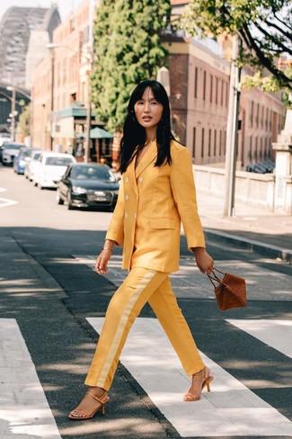 Comment porter: costume jaune, sandales à talons en cuir jaunes, sac à main en cuir marron, bracelet doré