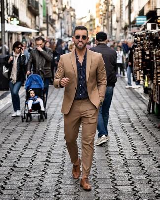 Comment porter: costume marron, chemise à manches longues á pois bleu marine, chaussures richelieu en cuir marron