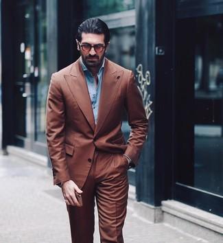 Comment porter: costume marron, chemise à manches longues bleu clair, lunettes de soleil marron