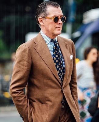 Comment porter: costume marron, chemise de ville à rayures verticales blanc et bleu, cravate imprimée bleu marine, pochette de costume blanche