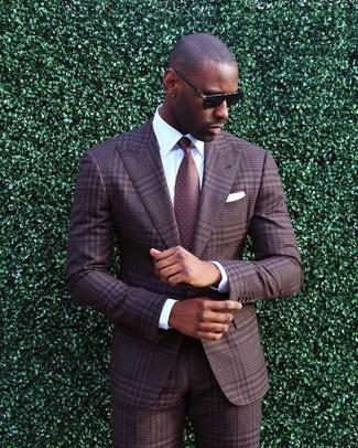 Comment porter: costume écossais marron, chemise de ville blanche, cravate á pois bordeaux, pochette de costume blanche