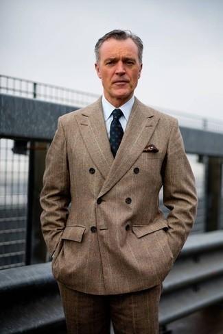 Comment porter une pochette de costume imprimée bordeaux: Pour une tenue de tous les jours pleine de caractère et de personnalité associe un costume écossais marron avec une pochette de costume imprimée bordeaux.