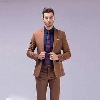 Comment porter: costume marron, chemise de ville bleu marine, cravate imprimée pourpre, ceinture en cuir marron