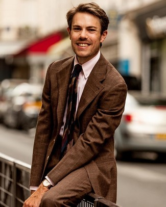 Comment porter un costume à carreaux marron: Pense à marier un costume à carreaux marron avec une chemise de ville à rayures verticales rose pour un look classique et élégant.