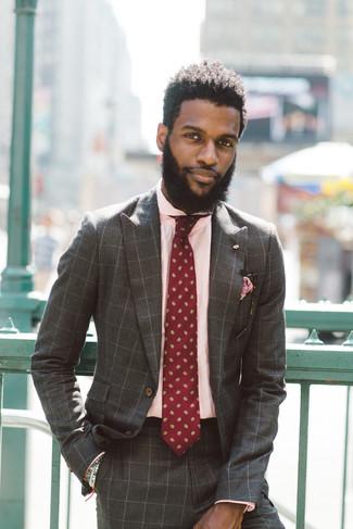 Comment porter un costume à carreaux marron: Associe un costume à carreaux marron avec une chemise de ville rose pour un look pointu et élégant.