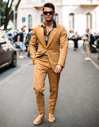 Comment porter: costume marron clair, chemise à manches courtes imprimée noire, espadrilles en daim marron clair, lunettes de soleil noires