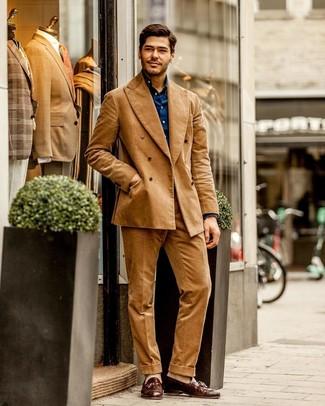 Comment porter: costume en velours côtelé marron clair, chemise à manches longues bleu marine, mocassins à pampilles en cuir marron, chaussettes beiges