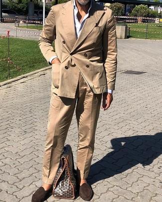 Comment porter: costume marron clair, chemise de ville blanche, slippers en daim marron foncé