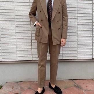 Tendances mode hommes: Marie un costume marron clair avec une chemise de ville blanche pour dégager classe et sophistication. Mélange les styles en portant une paire de slippers en velours noirs.